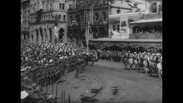 stockvideo's en b-roll-footage met ñworld newsî superimposed over animated spinning globe / title card ñelizabeth winds up aussie tourî superimposed over parade / ls mounted police... - koningin koninklijk persoon