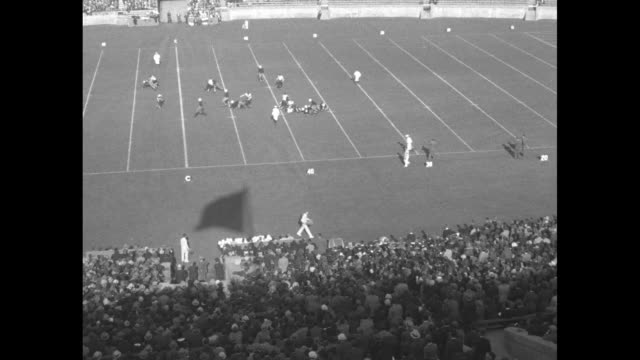 """""""yale-chicago elevens at stagg party! elis and maroons put on great gridiron show for coach amos alonzo"""" / three action shots from game / crowd in... - ニューヘイブン点の映像素材/bロール"""