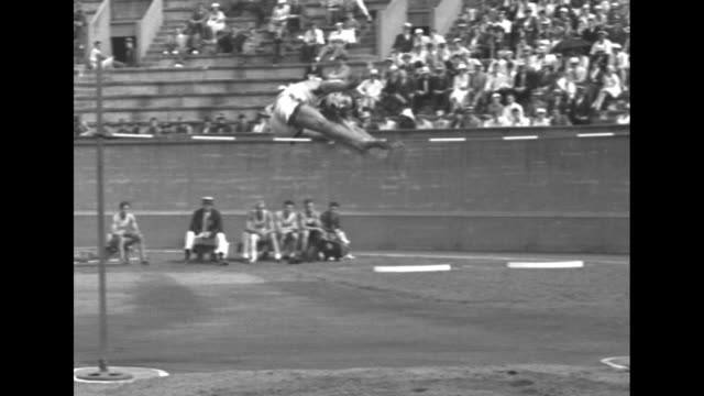 stockvideo's en b-roll-footage met yaleharvard washington lead in sports / [cambridge ma 7/8/1933] tiltdown shot 120yard hurdle race in the traditional yaleharvard vs oxfordcambridge... - universiteit van washington
