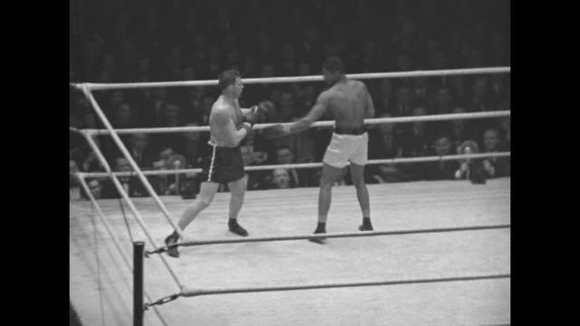 """""""chicago's champion glovers"""" superimposed over golden gloves boxers lemuel franklin and ed crawford fighting / franklin knocks crawford down,... - アマチュア選手点の映像素材/bロール"""