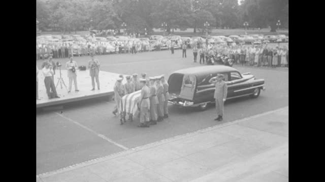 stockvideo's en b-roll-footage met ike leads nation in taft tribute superimposed over robert taft's casket lying in state inside the us capitol / ms capitol with flag at half mast / cu... - opgebaard liggen