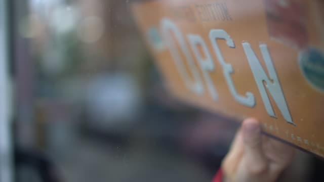 stockvideo's en b-roll-footage met title in shop door for close/open - bord open