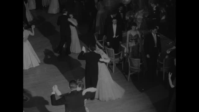 title london superimposed on teletype machine labeled united press / scores of formally dressed couples dancing in a large ballroom during the... - 舞踏会点の映像素材/bロール