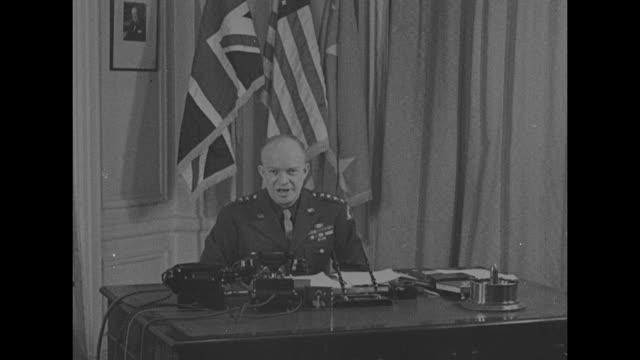 eisenhower in britain / eisenhower standing behind desk at his london headquarters us and british flags behind him two photographers in front of him... - deutsches militär stock-videos und b-roll-filmmaterial