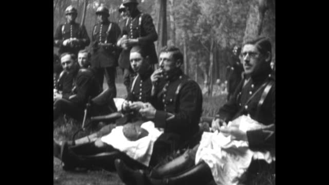 vidéos et rushes de title page in french / vs povs from moving vehicle of french soldiers riding horses along side of street / soldiers sitting along curb eating / ws... - château de versailles
