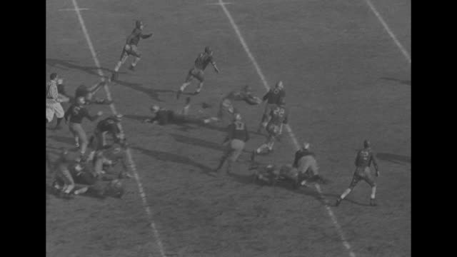 vídeos de stock e filmes b-roll de pittsburgh 21 washington 0 superimposed on football stadium vs game in progress - universidade de washington