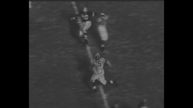 """title """"pro football! rams 27 browns 9"""" superimposed over play on the field / play on field with norm van brocklin of the rams passing to paul younger... - アメフト ファーストダウン点の映像素材/bロール"""