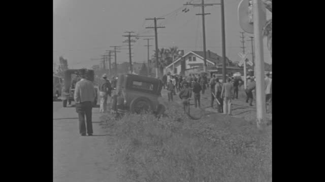 "vídeos de stock e filmes b-roll de ""stockton, calif."" superimposed over workers and cars near factory / vs strikers involved in the stockton cannery strike, also known as the spinach... - maça"