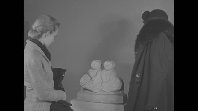 """the camera reporter"" superimposed over pathe news cameraman using movie camera / william edmondson, black folk art sculptor, sculpting on stone set... - kunst, kultur und unterhaltung stock-videos und b-roll-filmmaterial"