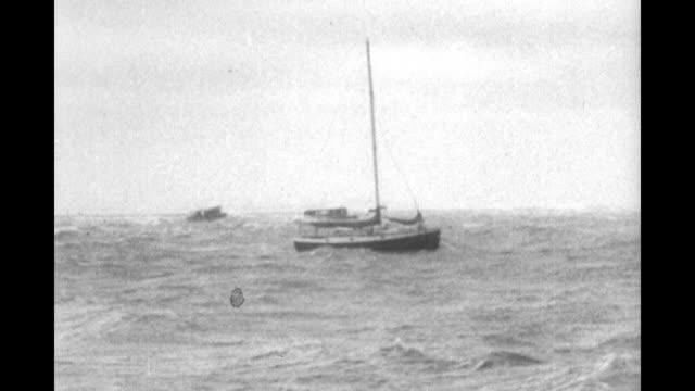 vídeos y material grabado en eventos de stock de title wild hurricane batters the atlantic coast superimposed over boats along pier in hurricane / shot from boat of sailboat riding in rough waves... - balancearse