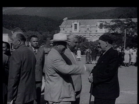 vídeos de stock e filmes b-roll de tito's visit to ussr summer 1956 massandra crimean peninsula khrushchev bulganin tito arrive in a big estate and are welcomed by local workers... - leonid brezhnev