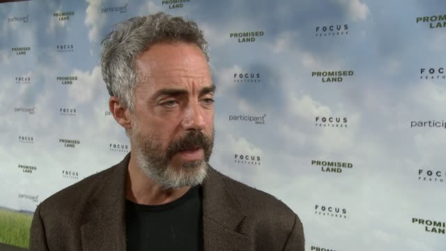 stockvideo's en b-roll-footage met titus welliver on the heart of the film on working with john krasinski and matt damon at promised land los angeles premiere on 12/6/12 in los angeles... - titus welliver