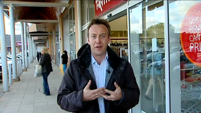 vídeos de stock e filmes b-roll de hampshire farnborough ext reporter to camera wearing jacket with knife attached from tk maxx - farnborough hampshire
