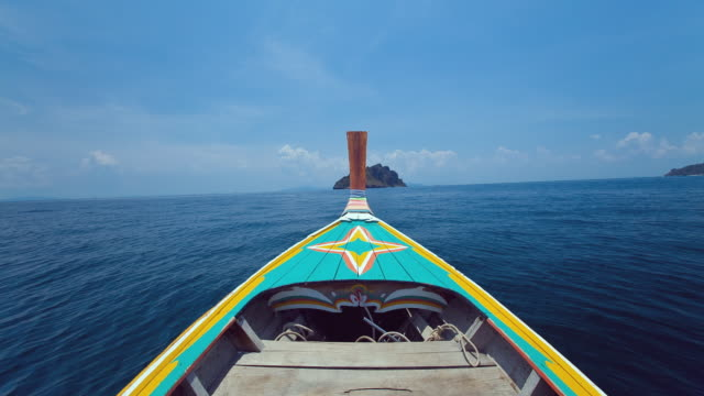stockvideo's en b-roll-footage met ws t/l pov longtail boat navigates from ko phi phi don island to mosquito island then to bamboo island / phi phi islands, krabi, thailand - thailand