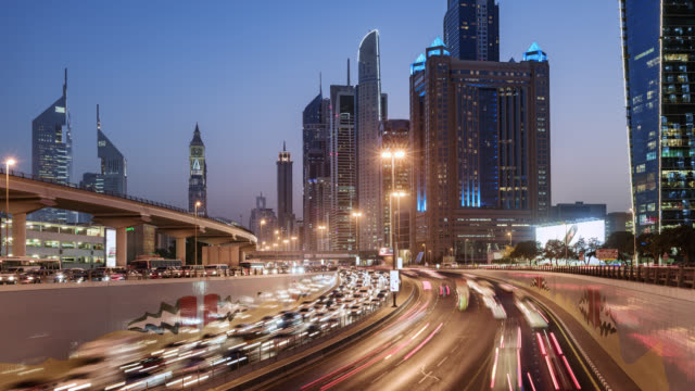 vidéos et rushes de tl/zo zoom out time lapse of sheikh zayed road , busy with commuting traffic at dusk, situated in dubai's financial district - explosion démographique