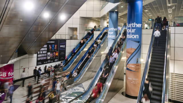 vídeos y material grabado en eventos de stock de tl/zo zoom out time lapse/hyper lapse of business people and commuters using escalators inside an underground train subway station, singapore - communication
