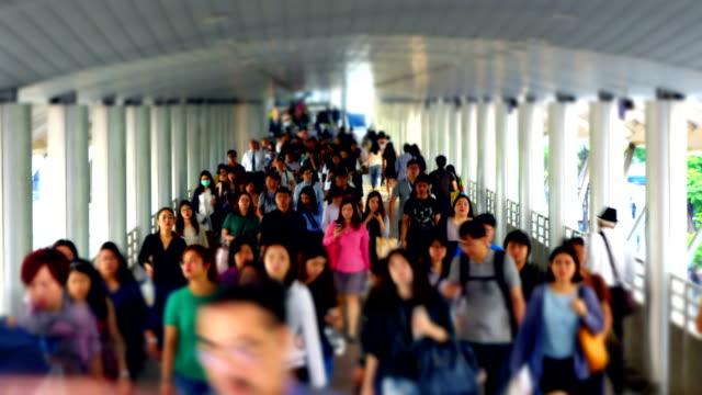 vídeos y material grabado en eventos de stock de tmelapse con efecto de desplazamiento de inclinación de la gente va a su lugar de trabajo en la zona de negocios de bangkok - tilt shift