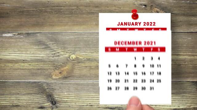 2021 bis 2022 kalender countdown januar bis januar 2022 auf holzhintergrund - terminplanung stock-videos und b-roll-filmmaterial