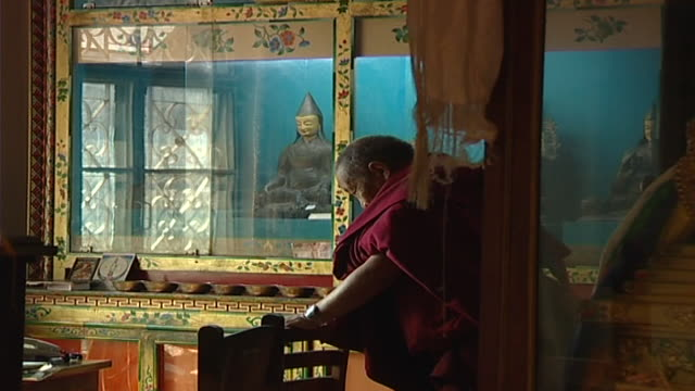 zi to a tibetan sarvastivada monk praying the primary purpose of the library is to provide a cultural resource and promote research - präsentation hinter glas stock-videos und b-roll-filmmaterial