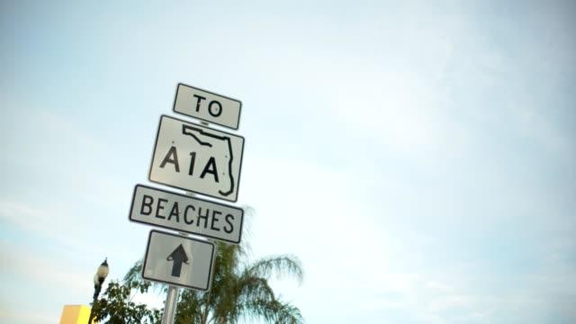 vidéos et rushes de aux plages - panneau de rue