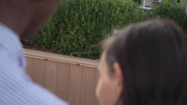 vidéos et rushes de ws to ms boyfriend taking pictures of girlfriend on rooftop - petite amie
