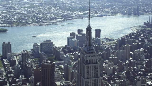 vídeos de stock, filmes e b-roll de wide to close-up of empire state building - prédio empire state