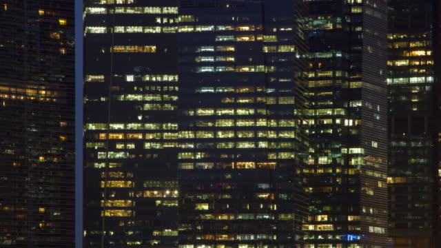 vídeos de stock, filmes e b-roll de 4k lapso da noite para o dia (4096 x 2160): a paisagem urbana e oficial working.zoom em estilos. - funcionário