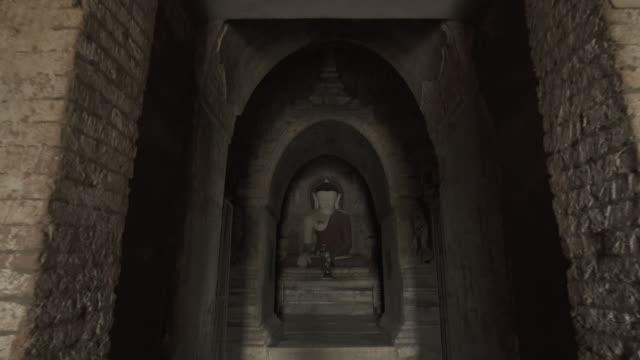 vídeos y material grabado en eventos de stock de w/s to f/s steadycam forward buddha in abeyadana temple, bagan - simetría