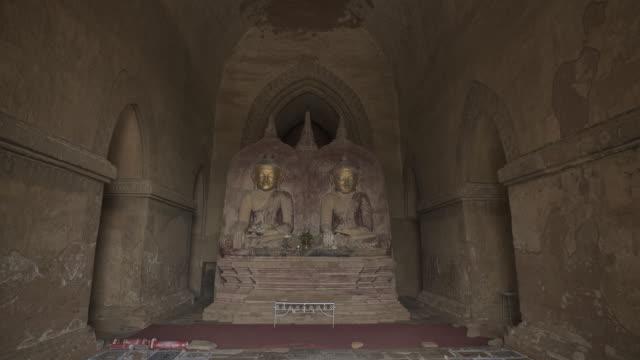 vídeos de stock e filmes b-roll de w/s to f/s steadycam forward buddhas in dhammayangyi temple, bagan - altar