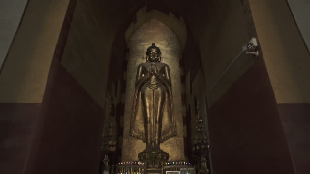 w/s to f/s steadycam forward kassapa buddha in ananda temple, bagan - statue stock-videos und b-roll-filmmaterial