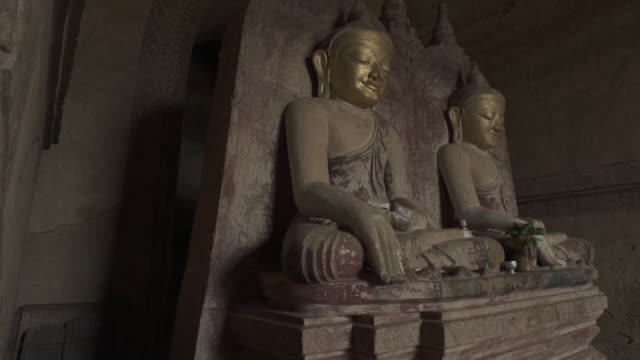 w/s to f/s steadycam forward-side buddhas in dhammayangyi temple, bagan - male likeness stock videos & royalty-free footage