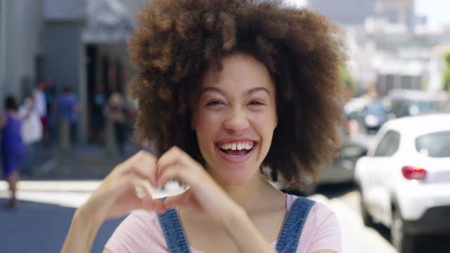 vídeos de stock, filmes e b-roll de para ganhar amor você tem que dar amor - gesticular