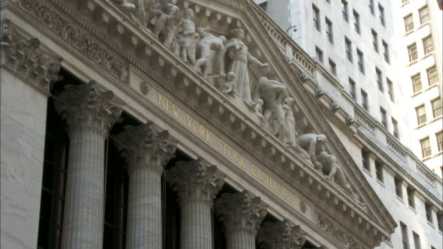 vídeos de stock e filmes b-roll de to gold lettering, 'new york stock exchange' on facade of ny stock exchange building in lower manhattan, wall street. downtown, nyc, financial... - frontão triangular