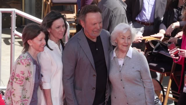 vídeos de stock, filmes e b-roll de atmosphere tcm to honor billy crystal with hand and footprint ceremony on april 12 2019 in hollywood california - billy crystal