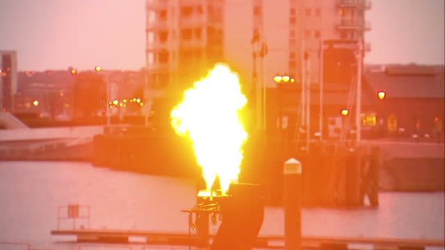 vidéos et rushes de to mark queen elizabeth ii's 90th birthday beacons were lit across the country a beacon was lit in cardiff bay and there was a fireworks show for a... - 90e anniversaire anniversaire