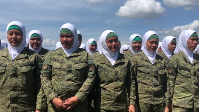 vídeos de stock, filmes e b-roll de to respect the culture of the muslim mariano in marawi city philippine army formed women army called hijab troopers - vestimenta religiosa
