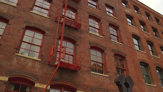 tu to top of old red-brick office building / chicago, illinois - mattone video stock e b–roll