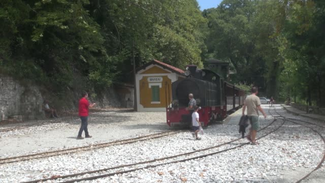 'to trenaki' is a 13km narrow guage railway line built between volos and ano lehonia in 1895 then extended to milies hugely popular with tourists to... - enge stock-videos und b-roll-filmmaterial