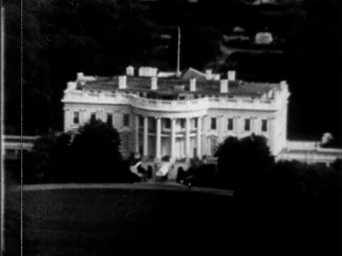 zo to xws white house building south lawn buildings of washington dc stretching into bg dc united states president usa us president pennsylvania... - weißes haus stock-videos und b-roll-filmmaterial