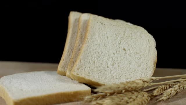 hd dolly: toast und weizen ohren - scheibe portion stock-videos und b-roll-filmmaterial