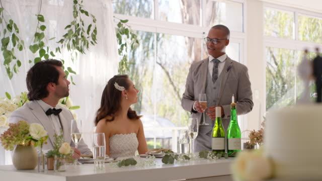 a toast for the happy couple - testimone ruolo dell'uomo video stock e b–roll