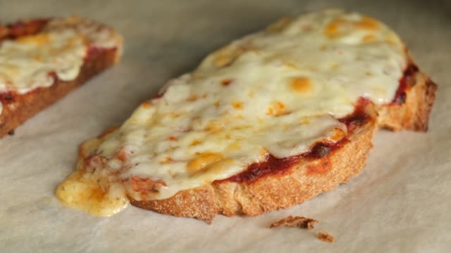 toast with cheese and tomato sauce - チェダー点の映像素材/bロール
