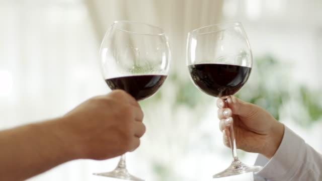 vídeos y material grabado en eventos de stock de brinde con vino tinto - vino tinto