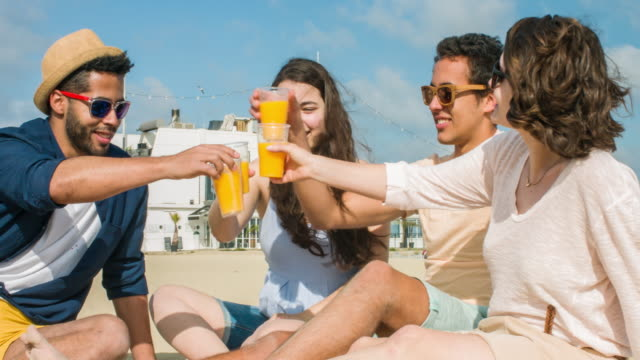 toasten am strand - orangensaft stock-videos und b-roll-filmmaterial