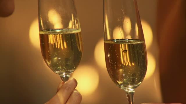 hd :dolly 乾杯シャンパン付き - シャンパン点の映像素材/bロール