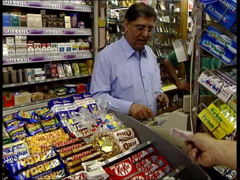 vidéos et rushes de london pishu mukhey selling packet of cigarettes in shop ms benson hedges cigarettes on display mayfair cigarettes on shelf paul boetang mp... - vendre