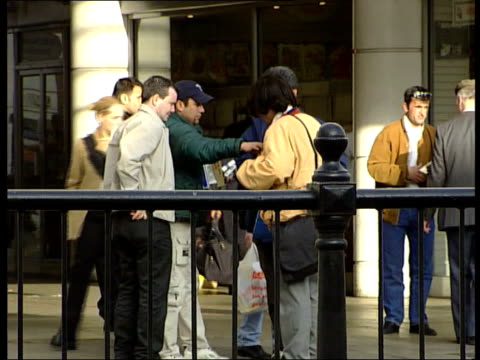 vídeos de stock, filmes e b-roll de london people buying smuggled cigarettes on street - smuggling