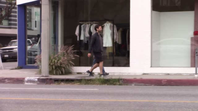 stockvideo's en b-roll-footage met tobey maguire and son otis tobias maguire shopping on melrose in west hollywood at celebrity sightings in los angeles on april 27 2019 in los angeles... - west hollywood
