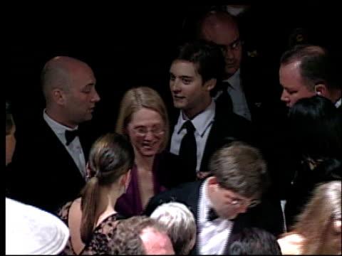 tobey maguire at the 2002 academy awards vanity fair party at morton's in west hollywood, california on march 24, 2002. - oscarsfesten bildbanksvideor och videomaterial från bakom kulisserna