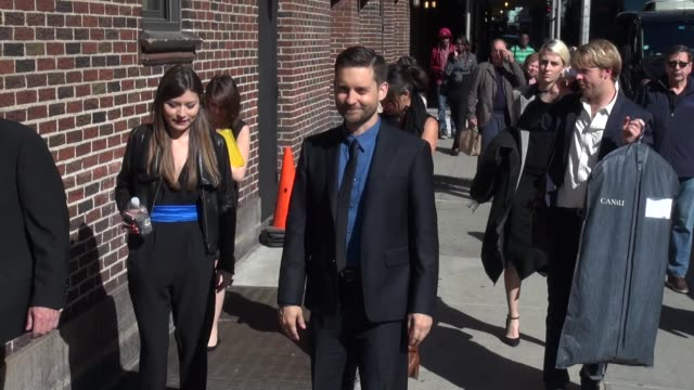 tobey maguire at the 'late show with david letterman' studio in new york ny on 5/1/13 - tobey maguire stock-videos und b-roll-filmmaterial